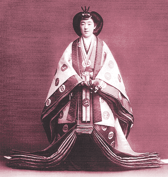 Jûnihitoe - By 宮内省(Imperial Household Agency) (毎日新聞社「天皇四代の肖像」) [Public domain], via Wikimedia Commons